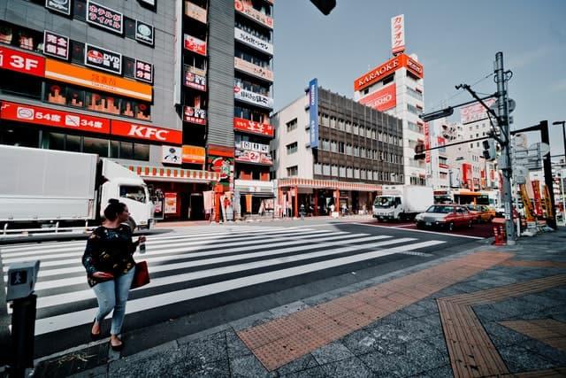 東京の街並みと女性